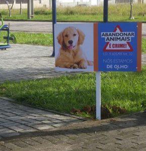Placa auxilia bairro do Sul da Ilha contra o abandono de Animais